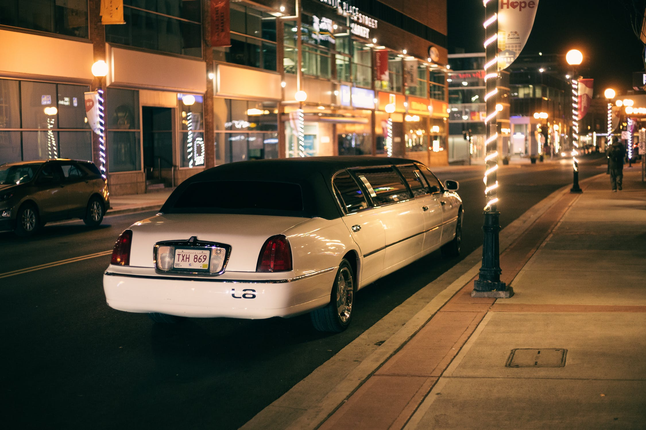 Read more about the article 4 Things to Consider When Hiring a Limo for a Formal Event